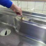 水栓交換 作業中 取り付け金具