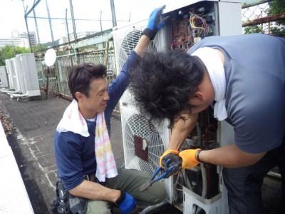 エアコン 取り付け 工事 業務用 作業中 室外機 トラブラン