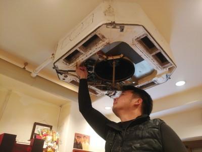 天井埋込エアコン 清掃作業 取り外し トラブラン