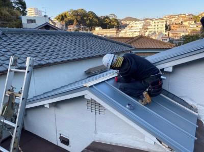 屋根の取付 ガリバリウム 葺き替え 雨仕舞い棟板金 設置中 トラブラン