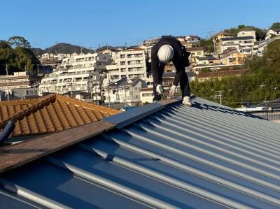 屋根の取付 ガリバリウム 葺き替え 棟板金 設置中 トラブラン