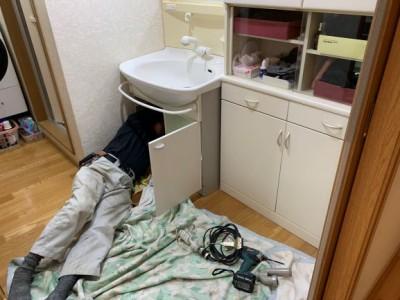 洗面台下 水漏れ 修繕 作業中 神戸市 トラブラン