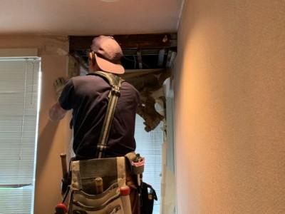 キッチン下 天井 壁紙 剥し コンパネ 撤去 作業中 トラブラン