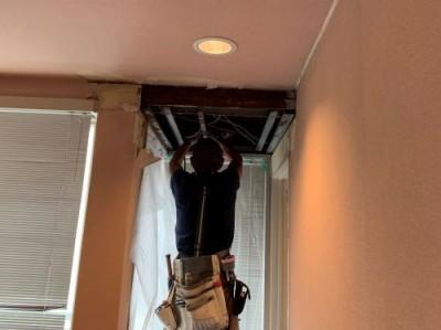 点検口設置 2階天井 作業中 トラブラン