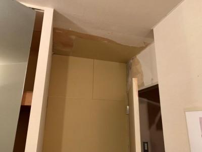 部屋 入口付近 雨漏り 原因 雨漏り コンパネ取替え トラブラン