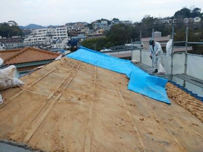 葺き土撤去 瓦屋根修繕 ブルーシート養生 作業中 トラブラン
