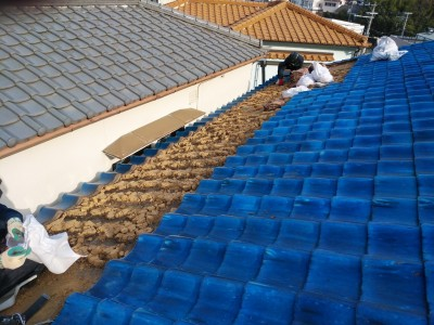 瓦の撤去 雨漏り 屋根修繕 葺き替え工事 トラブラン