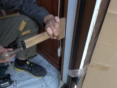 玄関ドア 額縁 取付け 作業中 トラブラン 神戸市