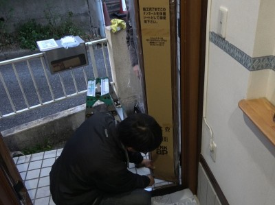 蝶番のビス止め 確認作業 玄関扉 神戸市 トラブラン