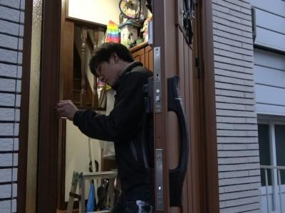 蝶番のビス止め 開閉確認 玄関扉 神戸市 トラブラン