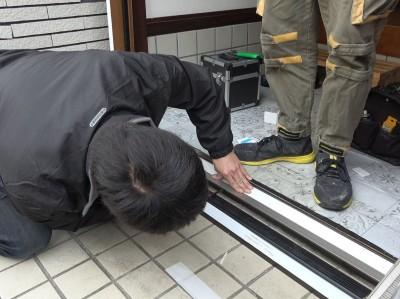 玄関ドア ドア枠取付 作業中 トラブラン 神戸市
