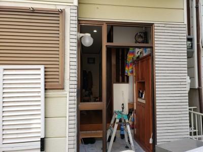 玄関扉 交換工事 枠の取り外し 作業中 トラブラン