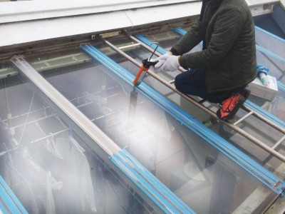 外壁補修 ガラス屋根 修繕中 強化ガラス コーキング トラブラン