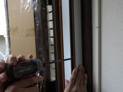 玄関ドア 化粧カバー 取付け 作業中 トラブラン 神戸市
