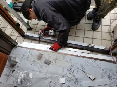 玄関ドア 不要部分撤去 作業中 トラブラン 神戸市