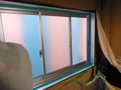 窓 防水加工 シーリング充填 作業中 神戸市 トラブラン