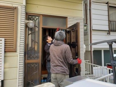 玄関ドア 取り外し 作業中 神戸市 トラブラン