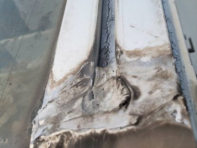 ガラス屋根 コーキング 修繕前 強化ガラス トラブラン