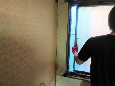 窓の撤去作業 錆び 作業中 三ノ宮 トラブラン