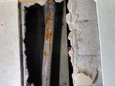 トイレ 壁 開口 漏水配管 修繕 トラブラン