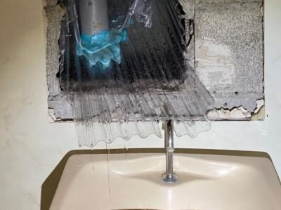漏水 応急処置 トイレ配管 水受け設置 ホテル 神戸市 トラブラン