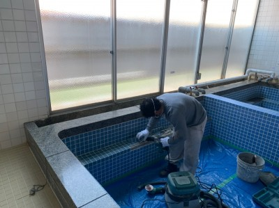 大学寮 浴槽タイル 修繕 作業中 神戸市 トラブラン