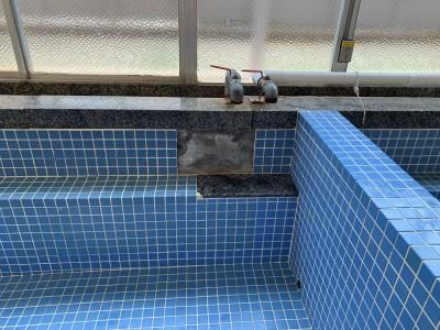 寮 浴槽 タイル 修繕 作業前 工事 貼替 神戸市 トラブラン