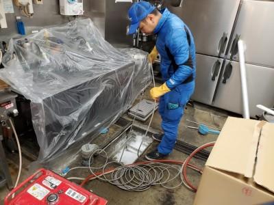排水トラップ 高圧洗浄作業中 厨房 飲食店 トラブラン 神戸市