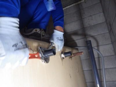 受水槽 給水管取替え ビル 作業中 神戸市 トラブラン