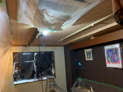 天井 壁紙 施工中 神戸市 トラブラン 飲食店 台風被害
