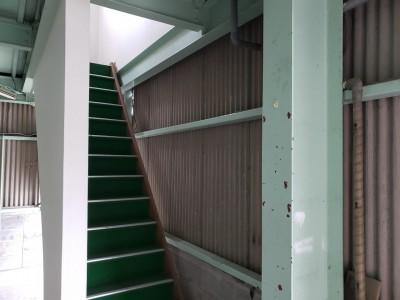 新事務所 改修工事 施工前 倉庫 階段 神戸市 トラブラン