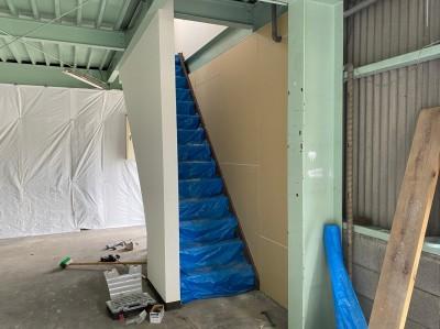 事務所 2階階段 壁 補修 コンパネ 設置 神戸市 トラブラン