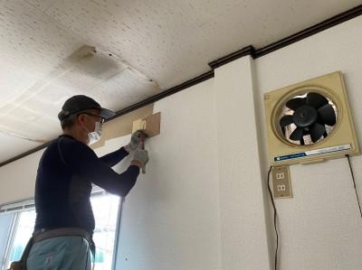2階事務所 壁 補修 作業中 神戸市 トラブラン