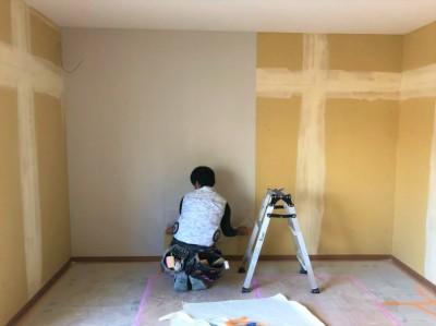 パテ補修 壁紙 作業中 壁紙 貼付け 神戸市 トラブラン