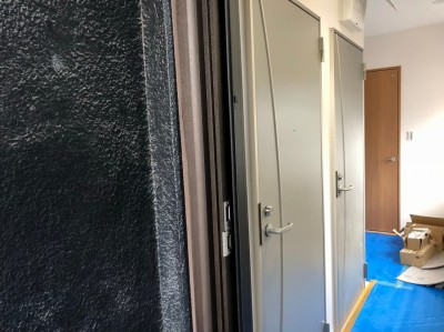 玄関扉の設置 YKK レガーロ 賃貸マンションリフォーム 神戸市 トラブラン