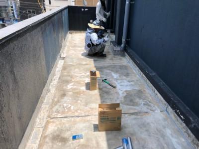 ベランダ 防水工事  作業中 マンション 神戸市 トラブラン
