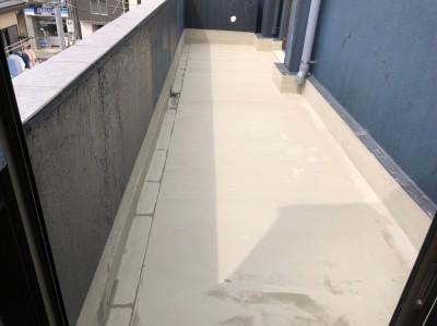 ベランダ 防水工事 下地の塗布 マンション 神戸市 トラブラン