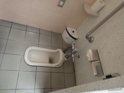 和式トイレ 女子トイレ フラッシュバルブ 施工前 TOTO トラブラン
