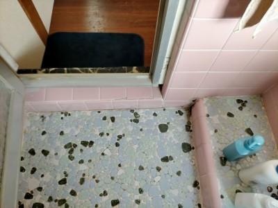 ビフォー 現場調査 浴室 床 タイル 劣化 リフォーム 神戸市 トラブラン
