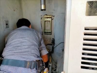 給湯器 取り外し 外扉内 壁掛け ガス 交換 工事 マンション 神戸市 トラブラン