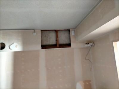 リビング エアコン ホース 壁紙 天井 工事 リフォーム マンション 神戸市 トラブラン