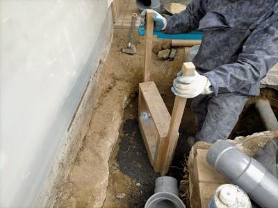 配管設置作業 土 固める 工事 排水桝 交換 住宅 庭 神戸市 トラブラン