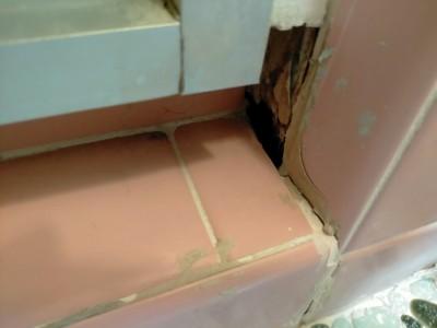 浴室 施工前 扉下 コーキング剥がれ リフォーム 神戸市 トラブラン