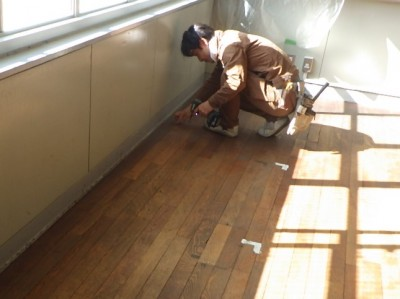 床鳴り ビス 打ち 補強 施設 床 神戸市 トラブラン