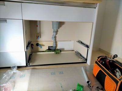 キッチンの設置 シンク下 取付け作業 リフォーム 神戸市 トラブラン