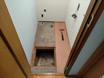 トイレ 床張替え リフォーム 作業中 神戸市 トラブラン
