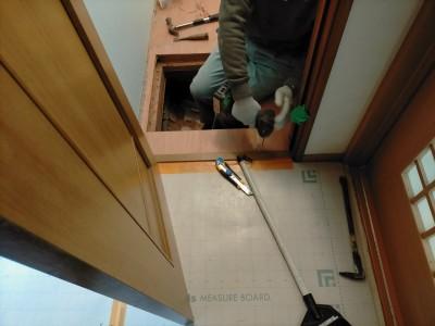 トイレ 床張替え リフォーム 作業中 ビス打ち 神戸市 トラブラン